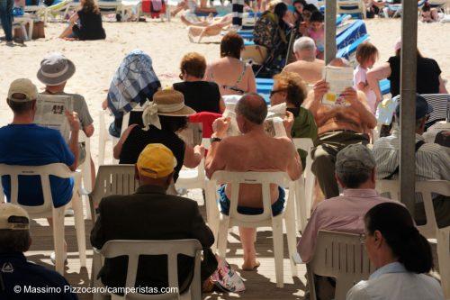 Un momento di cultura sulla spiaggia, biblioteca pubblica per i bagnanti.