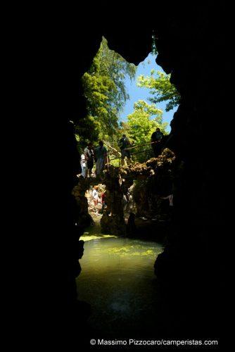 Un laghetto con cascata al quale si arriva anche per via sotterranea.