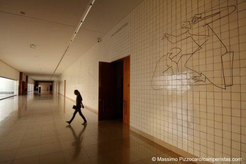 Il sotterraneo della nuova basilica, dove si trovano varie cappelle, assomiglia più a un crematorio che a un luogo di culto.