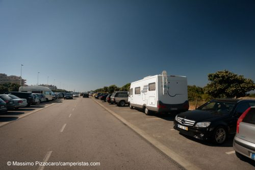 Il solito genio, di domenica mattina nel parcheggio della spiaggia di Vila Do Conde, vicina a Porto. 600 metri più avanti c'era uno spiazzo enorme per i camper.