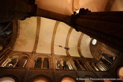 L'incensiere (Botafumeiro) nel momento di massima elevazione sopra alla testa dei presenti. Si vedono chiaramente anche la dotazione di fari e faretti per l'illuminazione dello spettacolo.