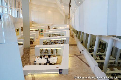 L'interno della biblioteca.