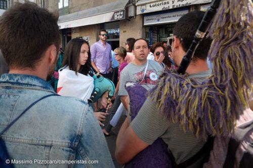 Dimostrazione in piazza, al suono delle cornamuse, strumento tradizionale locale che evidenzia le radici celtiche della Galizia.