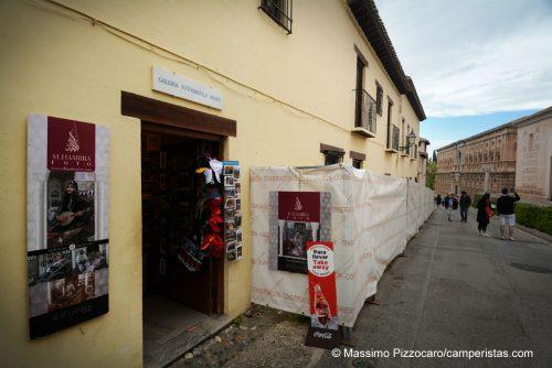 Il negozio del fotografo artistico di Alhambra che vende bibite fresche e cappellini, in mezzo ai lavori di restauro.