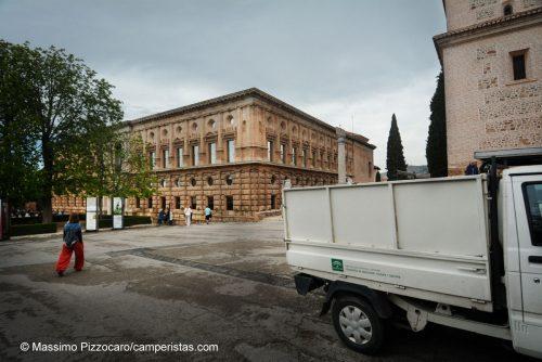 Camion che vanno e vengono all'interno del parco di Alhambra.