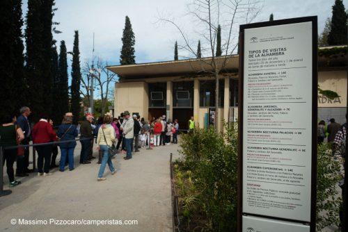 La fila alla cassa del sito di Alhambra. Notare che i biglietti si possono fare solo dal lato dei parcheggi. Non è previsto che arrivino visitatori a piedi dalla città, dal lato opposto.