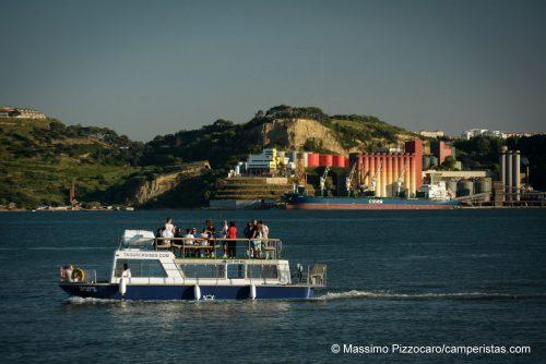 Lisbona, una bel giro in barca per i turisti in mezzo alle coloratissime fabbriche!