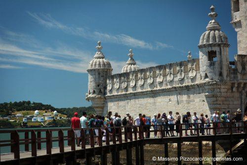 Lisbona, in fila per entrare alla torre di Belem e poter vedere meglio i silos della fabbrica di fronte.
