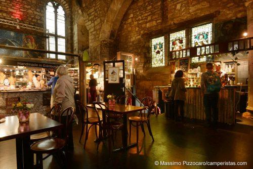Un mercatino simpatico all'interno di una chiesa. Per lo meno qui le sconsacrano prima di aprirci i negozi per turisti!