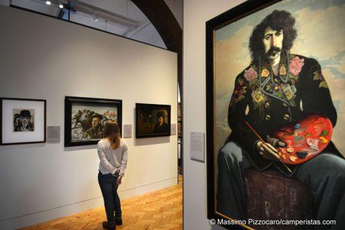 L'autoritratto di John Patrick Byrne, incredibilmente somigliante al grande Frank Zappa