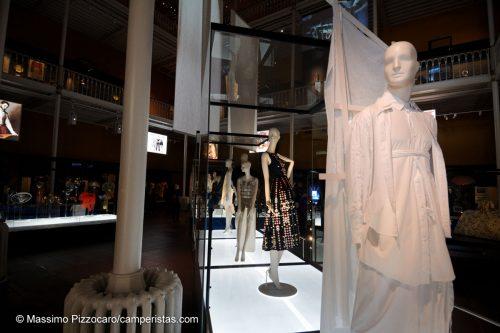 La suggestiva sala dedicata al design di moda.