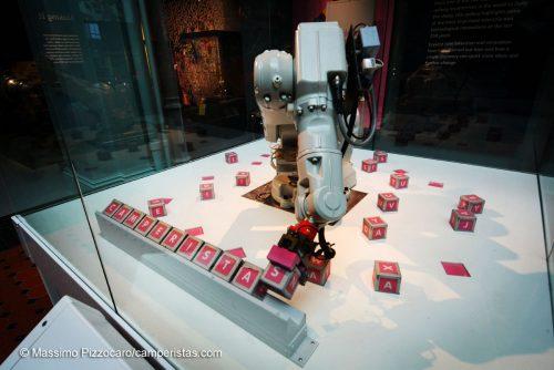 Robot che compone parole con i cubi
