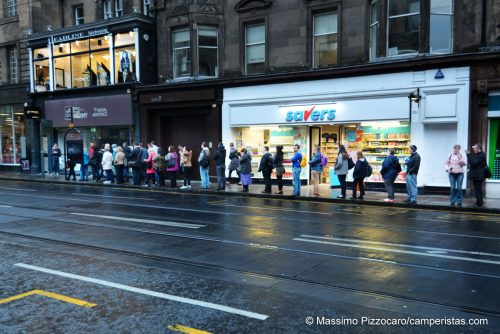 Ecco come si aspetta l'autobus a Edimburgo! :)