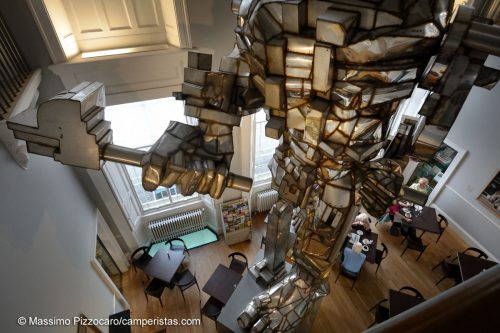 L'imponente Vulcano, di Eduardo Paolozzi che domina il caffè della galleria due.