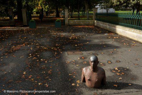 Una scultura di Antony Gormley all'entrata della galleria uno.