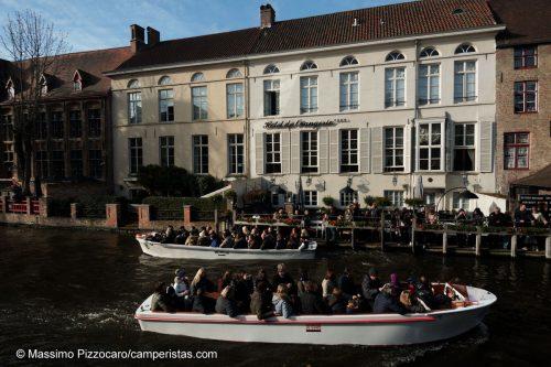 """Ho come l'impressione che molti dei turisti sulle barche si stessero chiedendo: """"ma perchè lo sto facendo?"""""""
