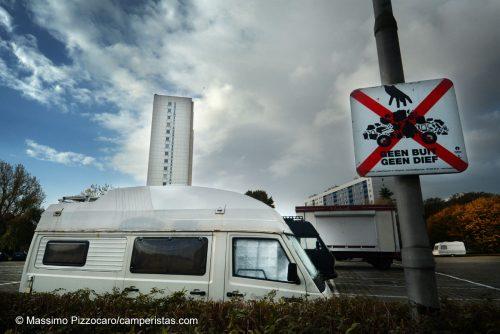 Il parcheggio, con un rassicurante cartello!!