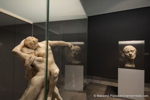 Due opere di Rodin, parte di una mostra temporanea